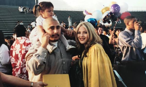 Ο συγκινητικός τρόπος που ένα κορίτσι τίμησε τους γονείς της στην αποφοίτησή της