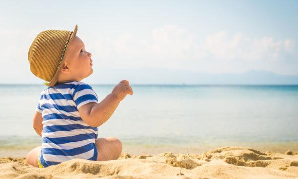 Παιδί και καλοκαίρι: Πρακτικές συμβουλές για ασφαλές μπάνιο στη θάλασσα