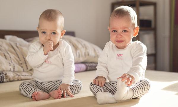 Τι κάνεις όταν τα δίδυμα μωρά σου κλαίνε ταυτόχρονα;