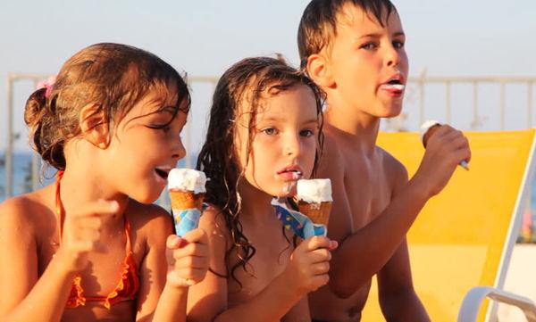 Πώς θα τηρήσουμε ένα υγιεινό πλάνο διατροφής για τα παιδιά το καλοκαίρι;