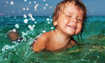 Aν βουλώσει ή πονέσει το αυτί του παιδιού μετά το μπάνιο στη θάλασσα, τι κάνουμε;