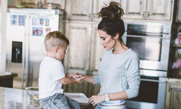 Αντί να μιλάτε με τα παιδιά σας, μήπως κάνετε δουλειές με το πρόσχημα «ποιος θα τις κάνει»;