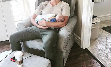 Ό,τι πιο γλυκό! Κοιμάται κρατώντας αγκαλιά το νεογέννητο γιο του