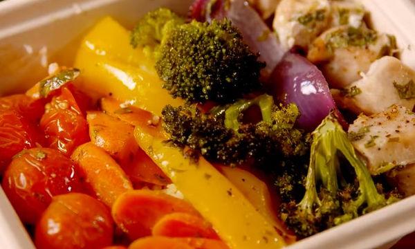 Καλοκαιρινή συνταγή: Κοτόπουλο με πολύχρωμα λαχανικά