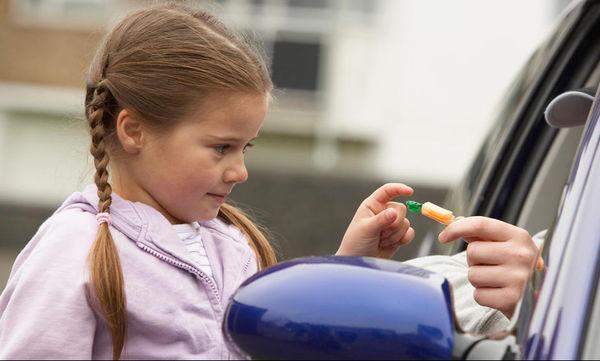 Συμβουλές για την προστασία των παιδιών: Πώς να ξεχωρίζουν το «δώρο» από τη «δωροδοκία»