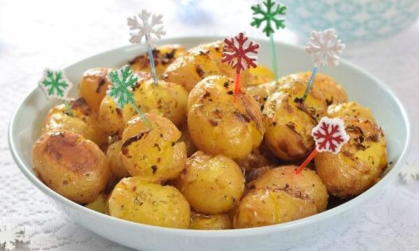 Τραγανές πατάτες baby στο φούρνο με δενδρολίβανο και σκόρδο