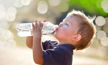 Το παιδί δεν πίνει νερό: Τα προβλήματα που δημιουργούνται και τρόποι να το αντιμετωπίσετε