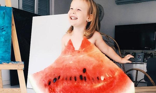 Μαμά χρησιμοποιεί, καρπούζι, πιπεριές και δημιουργεί μοναδικά «φορέματα» για την κόρη της (pics)