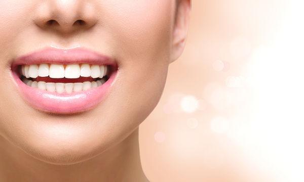 Μυστικά για λευκά δόντια που κρύβονται στην κουζίνα σου