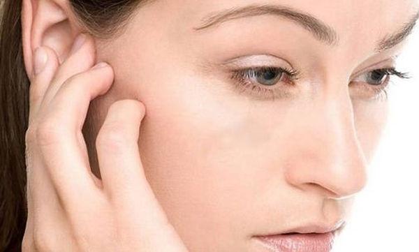Τι δεν πρέπει να κάνετε αν μπει νερό στο αυτί σας όταν κολυμπάτε (vid)