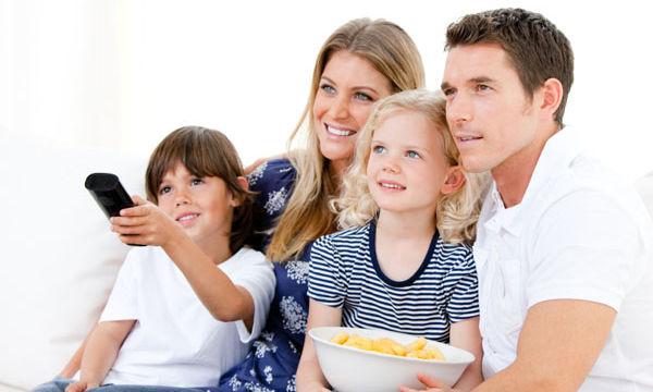 Οργανώστε μία οικογενειακή βραδιά σινεμά στο σπίτι με 4 απλά βήματα
