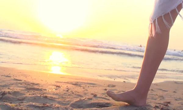 Γιατί κάνει καλό να περπατάμε ξυπόλητοι στην άμμο