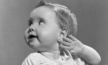 Baby piercing: Ποιους κινδύνους κρύβει το τρύπημα των αυτιών ενός παιδιού