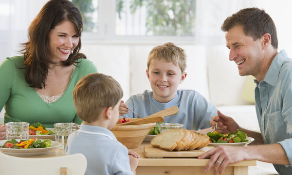 Τα οικογενειακά τραπέζια ωφελούν την υγεία και όχι μόνο