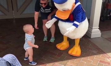 Και, όμως, συνέβη: Μωρό περπατά για πρώτη φορά χάρη στον Donald Duck