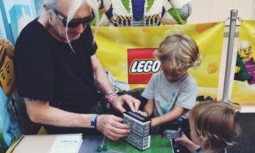 Νίκος Καρβέλας: Παιχνίδια με τα εγγόνια του