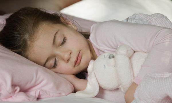 Ποια είναι η σωστή ώρα που πρέπει να κοιμούνται τα παιδιά, το βράδυ