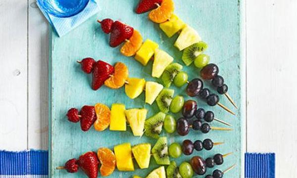 Φρούτα καλαμάκια σε σχήμα ουράνιου τόξου