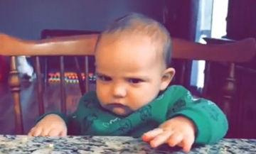 Αυτό το μωρό δε γέλασε καθόλου με το αστείο του μπαμπά του και του έριξε «δολοφονικό» βλέμμα