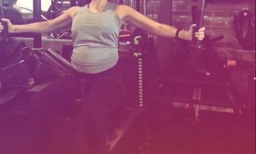 Κάνει γυμναστική σε προχωρημένη εγκυμοσύνη και συμβουλεύει τις εγκύους (pics)
