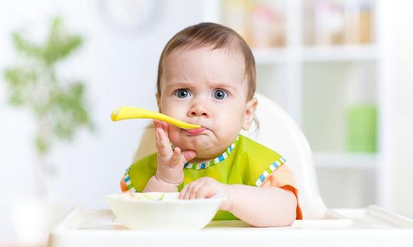 Ενθαρρύνετε το μωρό να τρώει μόνο του