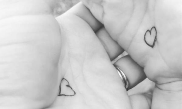 Κουμπί αγκαλιάς: Η ιδέα μιας μαμάς για να μην στεναχωριέται το παιδί της στο σχολείο που έγινε viral