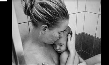 Η φωτογραφία μίας μαμάς με το άρρωστο μωρό της είναι ένας ύμνος στη μητρότητα
