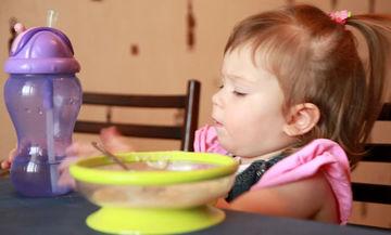 Βάλτε σε τάξη τα πλαστικά πιατάκια και ποτήρια των παιδιών σας με μια απλή κίνηση