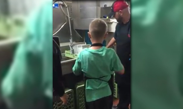 Το προσωπικό εστιατορίου έκανε πραγματικότητα το όνειρο ενός παιδιού με αυτισμό