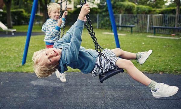 """Πέντε τρόποι να εξηγήσετε στα παιδιά όσα """"περίεργα"""" ακούνε στην παιδική χαρά"""