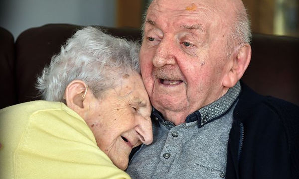 Μαμά 98 ετών μετακόμισε στο γηροκομείο για να φροντίζει τον 80χρονο γιο της