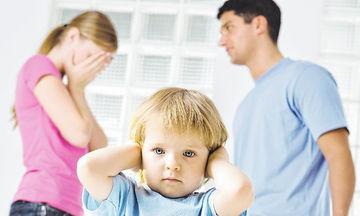 Αυτές είναι οι συζητήσεις που δεν πρέπει να κάνετε μπροστά στο παιδί