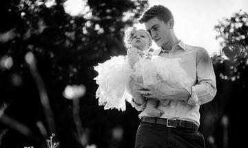 Μπαμπάδες κρατούν αγκαλιά τα παιδιά τους - Ό,τι καλύτερο θα δείτε σήμερα (pics)