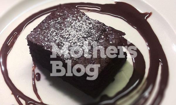 Συνταγή με 8 υλικά: Σοκολατένιο κέικ με βύσσινο από τον Γιώργο Γεράρδο