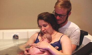 Γέννα στο νερό: Το πιο όμορφο και γαλήνιο βίντεο που έχετε δει ποτέ