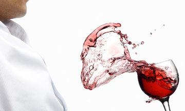 Κόκκινο κρασί και κερί: Δείτε πώς θα βγάλετε εύκολα τους «χριστουγεννιάτικους» λεκέδες