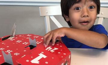 Γνωρίστε τον 6χρονο που κερδίζει εκατομμύρια παίζοντας απλά με τα παιχνίδια του!