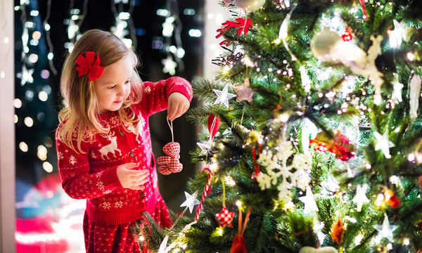 Πώς να κάνουμε το στόλισμα του χριστουγεννιάτικου δέντρου αξέχαστο για τα παιδιά;
