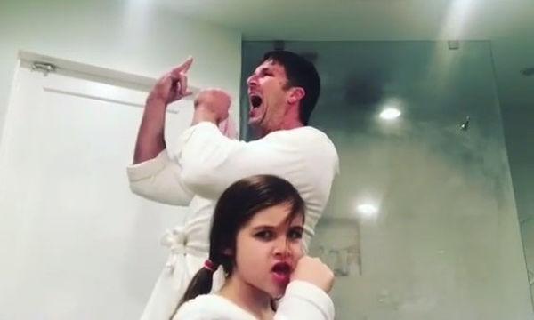 Όταν η διάσημη μαμά λείπει, δείτε τι κάνουν μπαμπάς και κόρη (vid & pics)