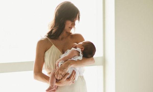 Αυτό συμβαίνει όταν επισκέπτεσαι ένα νεογέννητο χωρίς την άδεια της μητέρας του