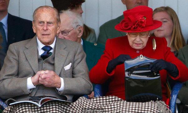 Αποκάλυψη: Δείτε τι κουβαλά πάντα στην τσάντα της η Βασίλισσα Ελισάβετ (pics)