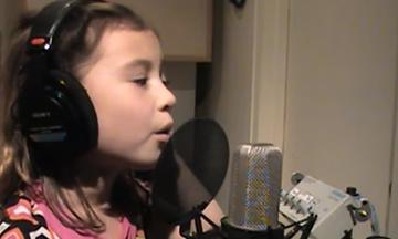 «Άγια νύχτα»: Η συγκλονιστική ερμηνεία του κοριτσιού με τα εκατομμύρια views στο διαδίκτυο (vds)