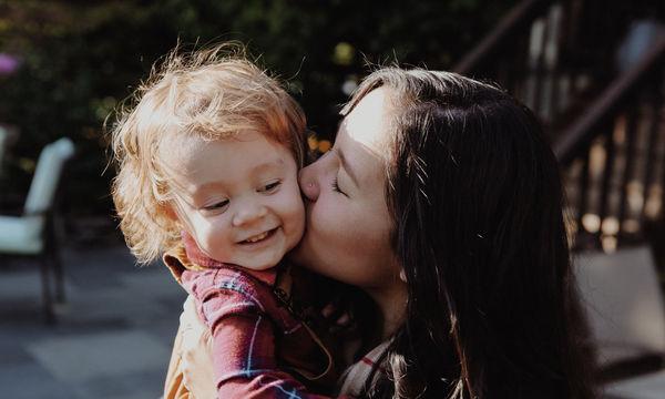 Αγαπώ δεν σημαίνει «πνίγω»: Τι να αποφύγεις να κάνεις στο παιδί σου