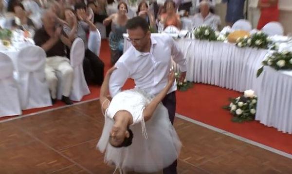 Ζευγάρι από το Βόλο χορεύει στο γαμήλιο πάρτι και ξεσηκώνει τους καλεσμένους (vid)