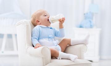 Διατροφή βρέφους: Τι πρέπει να τρώει ένα μωρό 0 έως 12 μηνών