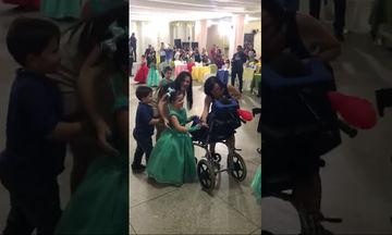 Αδελφική αγάπη: Στο χορό της αποφοίτησης διάλεξε για παρτενέρ τον αδελφό της (video)