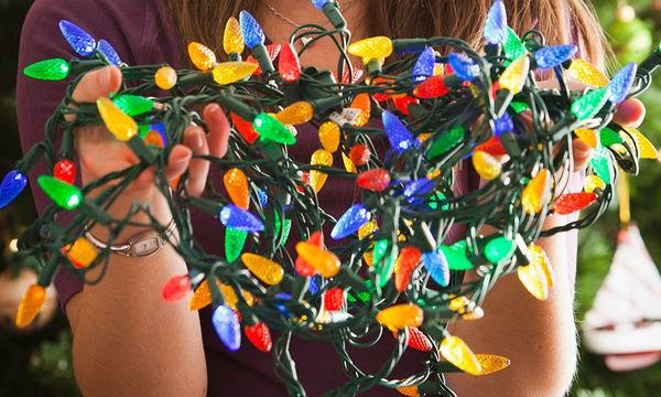 Ο πιο εύκολος τρόπος να μαζέψετε  τα φωτάκια του χριστουγεννιάτικου δέντρου είναι αυτός (video)