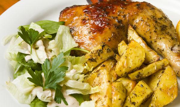 Κλασικό μαμαδίστικο φαγάκι: Τραγανό κοτόπουλο με πατάτες στο φούρνο