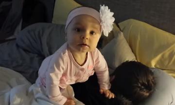 Πολύ γέλιο: Μωρά προσπαθούν να ξυπνήσουν τους μπαμπάδες τους (vid)