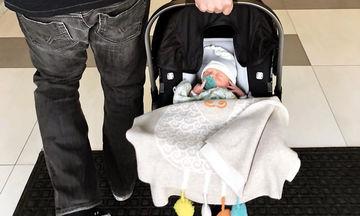 Βγήκε από το μαιευτήριο και αυτή είναι η πρώτη φωτογραφία του γιου της